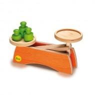 Farbenfrohe Waage aus Holz, leichte und schwere Dinge  vergleichen